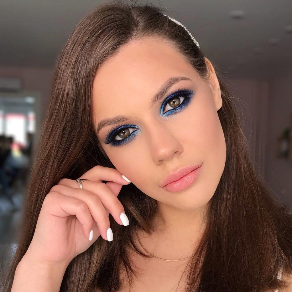 девушка с макияжем цветной смоки айс