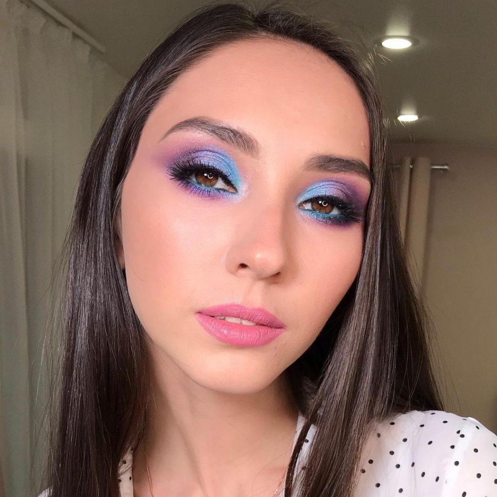 девушка с красивым вечерним макияжем цветной смоки айс