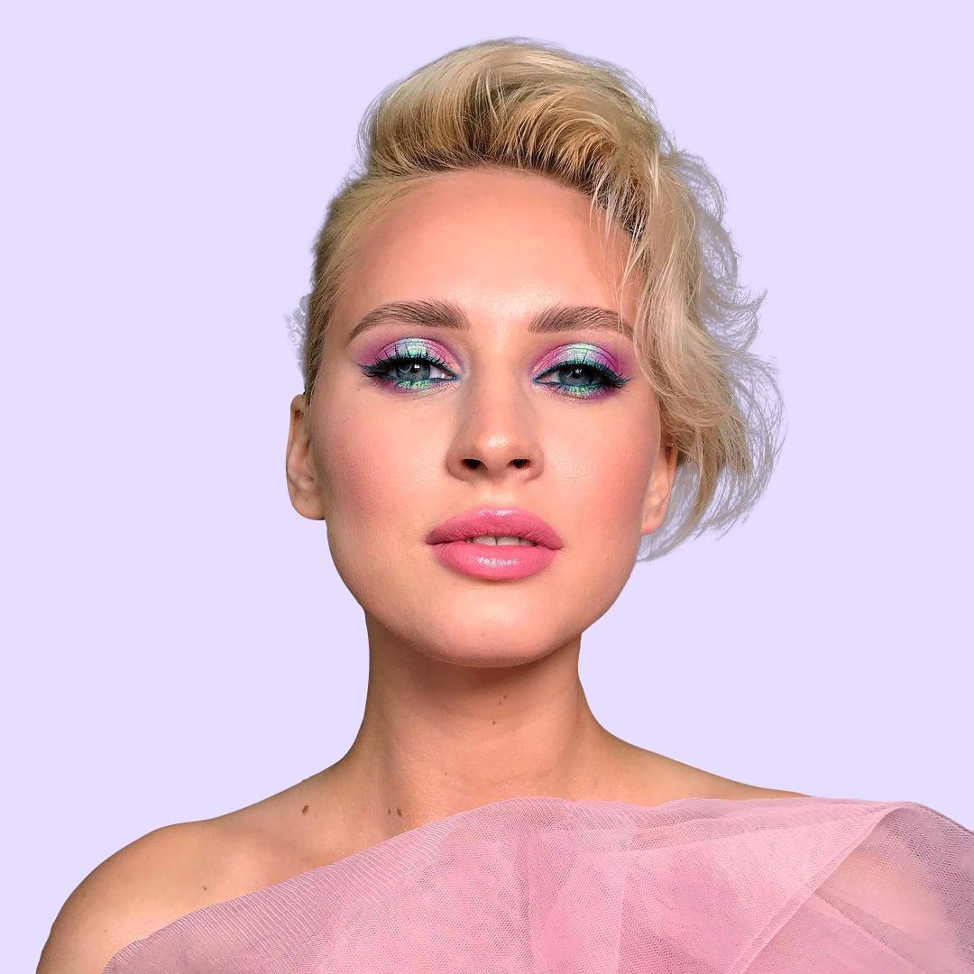 красивая девушка на курсе по макияжу