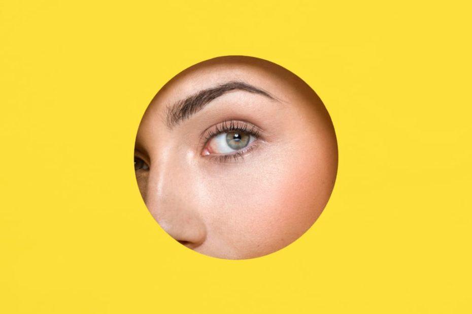 девушка смотрит в круг