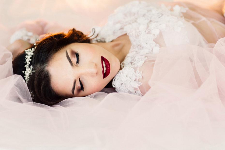 невеста с закрытыми глазами на кровати